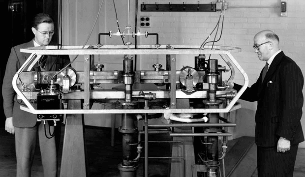 Jack Parry (kiri) dan Louis Essen (kanan) dengan Cesium Mk. 1 Jam Atom